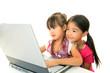 パソコンを楽しむ笑顔の姉妹