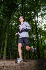 junger mann joggt im wald