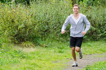 junger mann beim sprinten