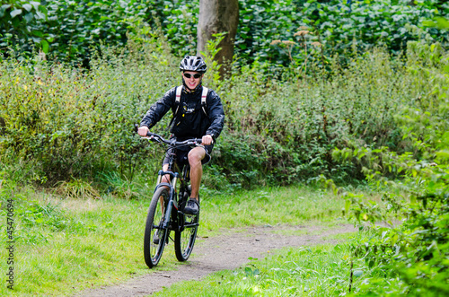 attraktiver mountainbiker