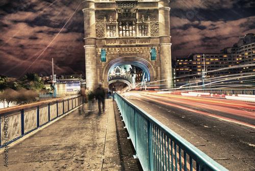 tower-bridge-w-londynie-w-wielkiej-brytanii-w-nocy-z-ruchu-i