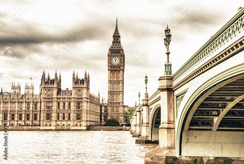 der-big-ben-das-parlamentsgebaude-und-die-westminster-bridge