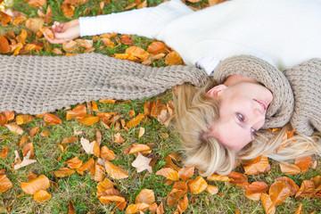 blonde attraktive frau im herbst