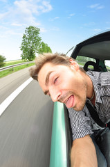 Autofahren mit dem Kopf aus dem Fenster