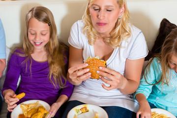 Familie isst Hamburger oder Fastfood