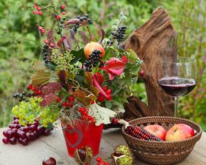 Ein Glas Rotwein auf der Terrasse genießen