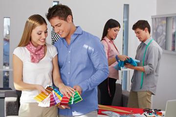 Farbauswahl beim Modedesigner