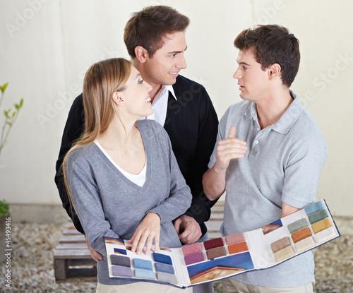 Paar schaut Teppichmuster an