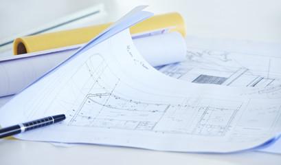 Bauzeichnung auf Schreibtisch