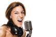junge sängerin mit kopfhörern und mikrofon