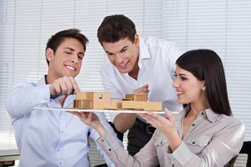 Architekten besprechen Hausmodell