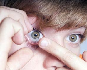 Kontaktlinse einsetzen