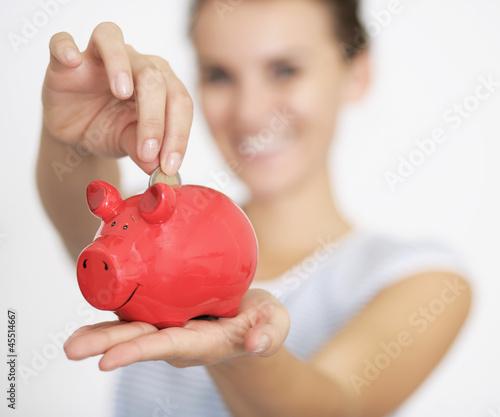 2 Euro in Sparschwein werfen