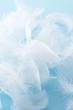 青色の背景に複数の羽根