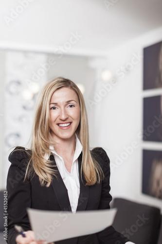 Hübsche Frau überreicht Dokumente
