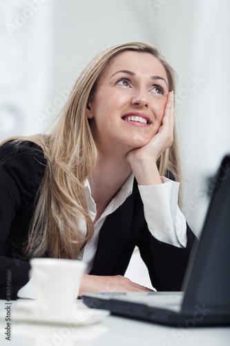 Verträumte Geschäftsfrau