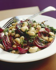 Bean salad with grilled onions