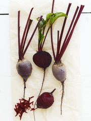 Peeled and unpeeled beetroot on paper