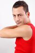 Mann macht cool down Übungen nach dem Sport