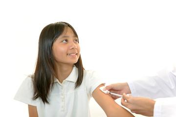 予防接種を受ける笑顔の女の子