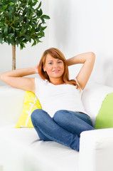 teenager entspannt auf dem sofa