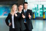 Freundliche Business-Gruppe mit Daumen hoch