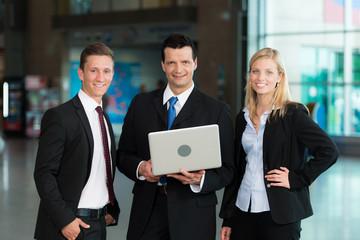 Lächelnde Business-Gruppe mit Laptop