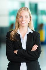 Lächelnde Business-Frau mit verschränkten Armen
