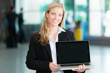 Business-Frau hält Laptop in der Hand