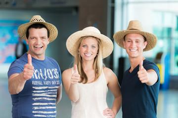 Reisende freuen sich auf Top-Urlaub