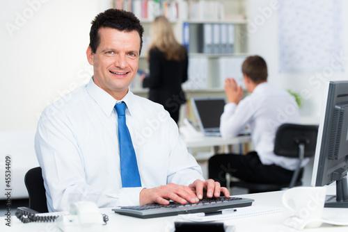 kaufmann arbeitet am computer