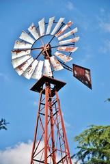 elica e traliccio di pompa eolica