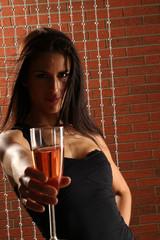 Frau beim Feiern