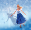 Blondes, junges Mädchen im Dirndl auf blauem Hintergrund