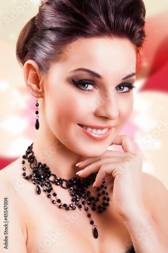 attraktive junge Frau mit Hochsteckfrisur