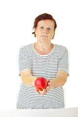 Seniorin hält einen Apfel