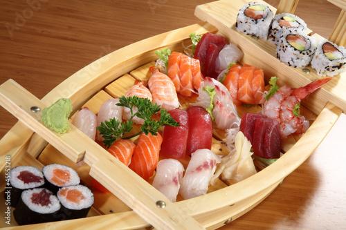 sushi su vassoio di legno