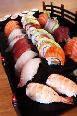 sushi su vassoio nero