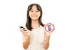 携帯電話使用禁止マークを持った女の子
