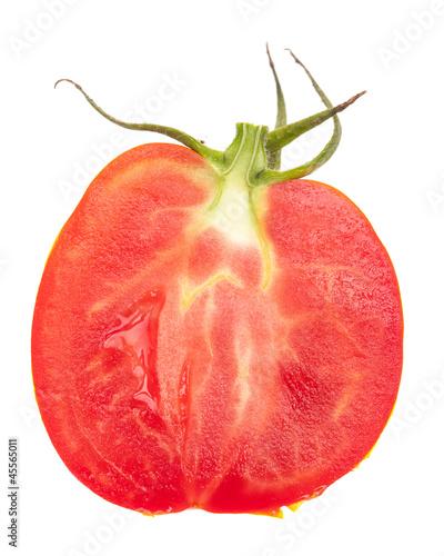 Inneres einer halben Tomate auf weiß