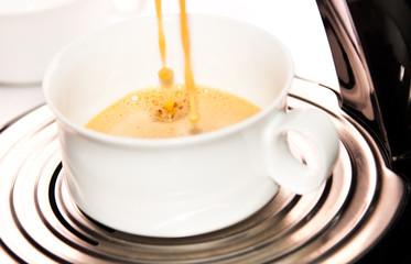 Kaffee aufbrühen mit Tropfenbildung