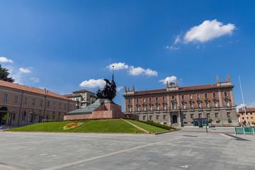 Piazza Centrale di Monza con Vista sul Municipio