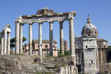 Trabeazione del Tempio Saturno vista da Via Foro Romano