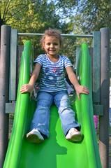 bambina sullo scivolo
