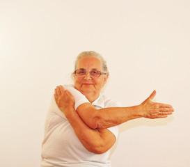 Seniorin macht Dehnübung