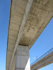 pilar y puente de hormigón armado