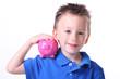 Kind mit rosa Sparschwein