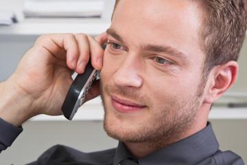 Mann flirtet am Telefon
