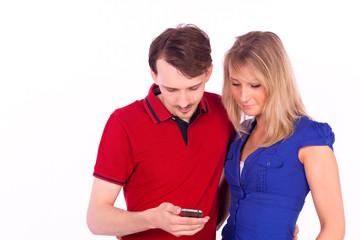 Paar schaut auf ein Mobiltelefon