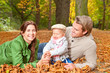 glückliche familie im herbstlaub